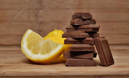 یک تکه لیمو و یک پشته از تکه های شکلات