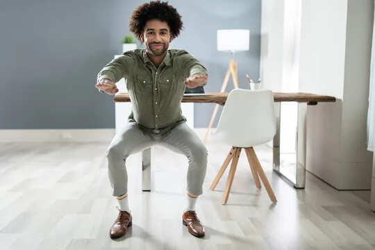 άντρας στέκεται σε ημι-οκλαδόν θέση σε εσωτερικούς χώρους