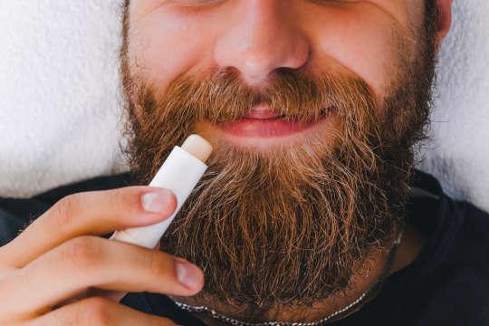Wat veroorzaakt droge lippen en hoe kunt u ze behandelen? Helpt lippenbalsem echt?