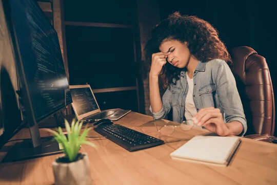 उसकी मेज पर काम करने वाली महिला