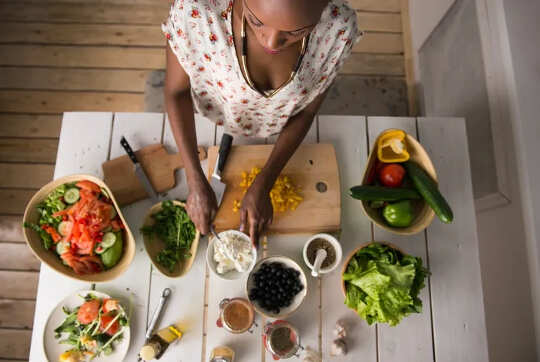 自分で食べ物を準備したり、それが作られるのを見たりすると、食べ過ぎにつながりますか?