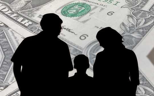 كيف يمكن للتحكم في تفسير قبضة المال على السعادة