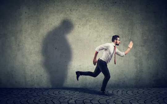 अंतर्मुखी के रूप में आगे बढ़ने के लिए, एक अतिरिक्त रूप में कार्य करें। यह उतना कठिन नहीं है जितना आप सोचते हैं