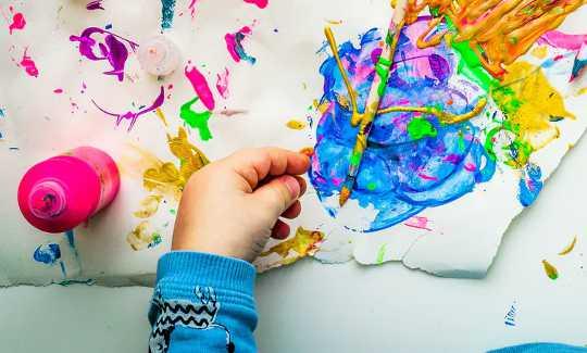 子供たちがアートを通して自分の気持ちを表現するのを助ける6つの方法