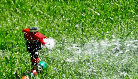 Bagaimana Jiran-Jiran Saling Menyekat Untuk Melangkau Penyiram