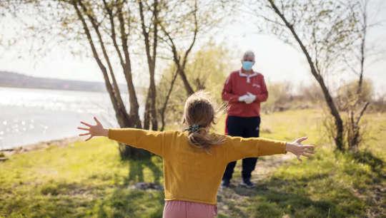 4 Manfaat Kesihatan Pelukan Dan Mengapa Mereka Rasa Senang