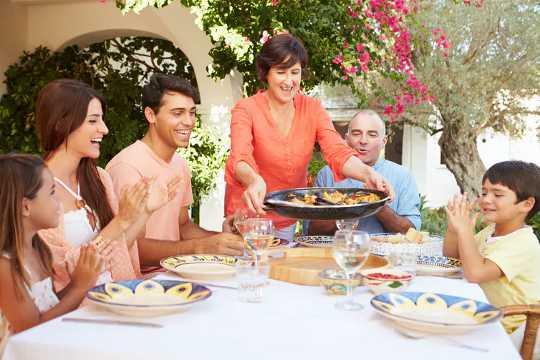 Een migrantengezin aan tafel, lunch aan het eten.
