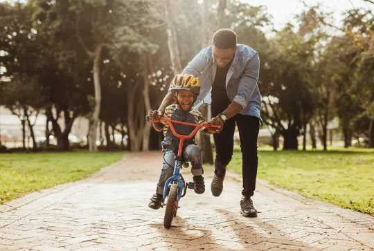 Hur man förbinder sig med dina barn enligt neurovetenskap