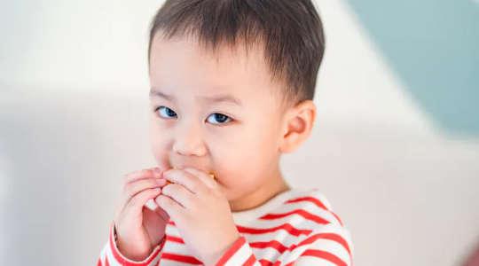 Como posso ter certeza se meu filho superou a alergia alimentar?