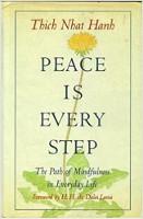 bìa sách: Bình An Là Mỗi Bước Đi: Con Đường Chánh Niệm Trong Cuộc Sống Mỗi Ngày của Thầy Thích Nhất Hạnh.