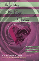 boekomslag: Unlocking the Heart Chakra: Heal Your Relationships with Love deur Dr Brenda Davies.