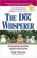 बुक कवर: द डॉग व्हिस्परर: ए कम्पैसाएंट, पॉल ओवेन्स द्वारा डॉग ट्रेनिंग के लिए अहिंसक दृष्टिकोण।