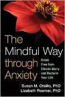 kirjan kansi: Huolellinen tie ahdistuksen läpi: Irrota kroonisesta huolesta ja palauta elämäsi, kirjoittanut Susan M. Orsillo ja Lizabeth Roemer.
