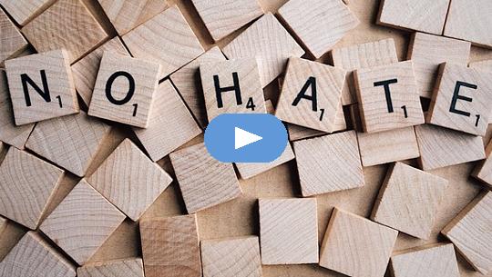 Scrabble-Buchstaben, die buchstabieren: KEIN HASS