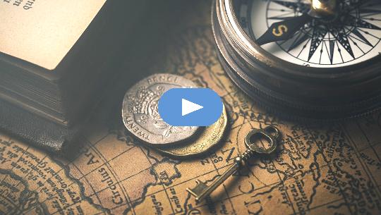 llave con brújula, monedas y mapa del viejo mundo