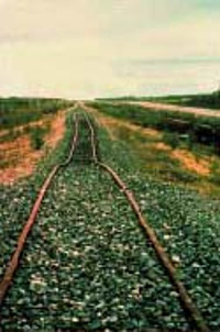 गिलम, मैनिटोबा (एरिक नील्सन, मैनिटोबा भूवैज्ञानिक सर्वेक्षण) के पास, परमफ्रॉस्ट के विगलन के कारण रेलगाड़ी विकृत हो जाती है
