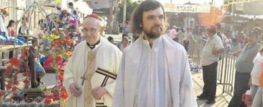 교황은 가난한 사람들을 위해 일하고있다.