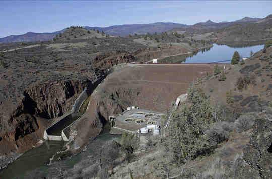 Sebuah bendungan mengontrol aliran sungai