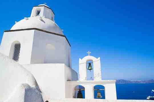 एक चर्च की इमारत को सफेद रंग से रंगा गया