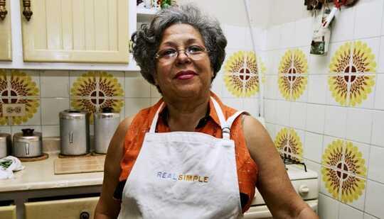 eldre person i farger på kjøkken fra 70-tallet