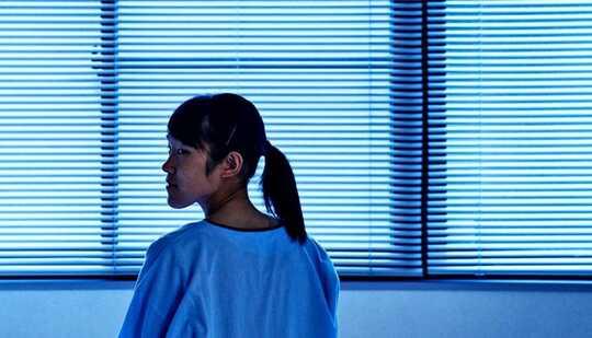 Một phụ nữ trẻ trong phòng bệnh