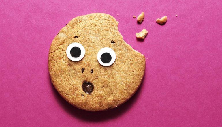 Một chiếc bánh quy ngạc nhiên với đôi mắt và cái miệng, một miếng đã được gắp ra