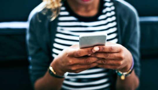 wanita memegang telefon pintar