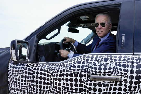 بايدن يقود سيارة كهربائية من طراز F-150.