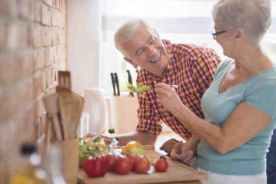 一對老夫婦在廚房準備蔬菜。