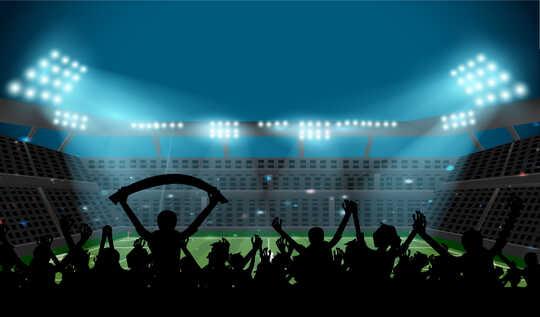Sekumpulan peminat bola sepak menyaksikan perlawanan.