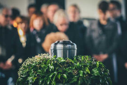 En urna med aska vid en begravningstjänst.
