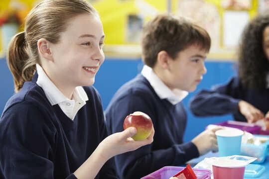 孩子们在学校吃饭。