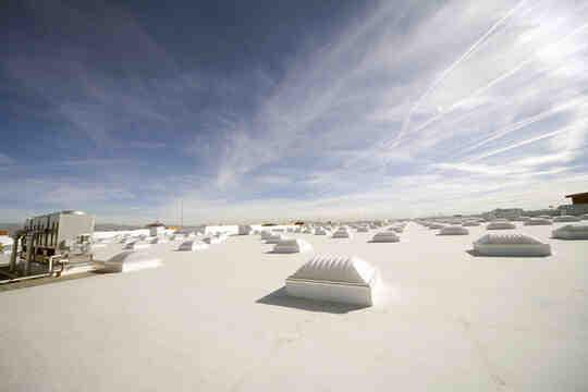 आसमान के नीचे रोशनदानों वाली सफेद छत