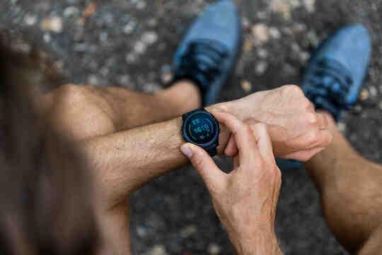 一個男人調整他的智能手錶。
