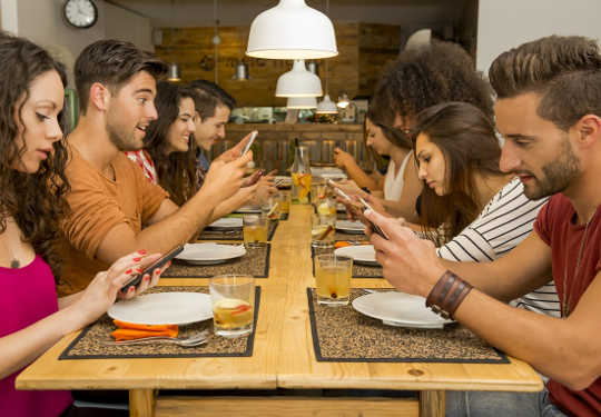 3 dinge wat ons almal kan leer van mense wat nie smartphones of sosiale media gebruik nie
