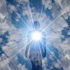 將愛和光從內心散發到宇宙中的人
