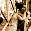 gambar pasangan yang duduk di tangga berbicara