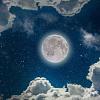 Повний місяць на нічному небі