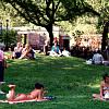 Die sentrale knoll by Tompkins Square Park in New York City, waar mense ontspan en ontspan.