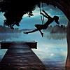 silhouette d'une fille haute sur une balançoire au crépuscule surplombant un lac brumeux