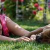 photo d'une personne allongée à côté d'un chien