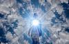 personne rayonnant l'amour et la lumière de son cœur dans l'univers