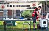 Arbeiter lagern Wasser an einer Wärmeentlastungsstation, die kostenloses Wasser anbietet