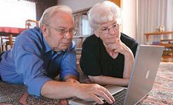 الكثير من كبار السن استخدام Facebook For Surveillance