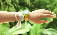 Una pulsera hecha de tela tejida con hebras especiales de recolección de energía que recogen electricidad del sol y el movimiento. (Crédito: Georgia Tech)