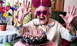 ピンクのメガネとお辞儀をして、ケーキを見て興奮している女性