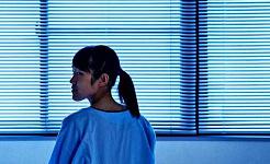 شابة بمفردها في غرفة المستشفى