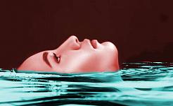 पानी में तैरती महिला का चेहरा