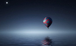 Vollmond über einem Heißluftballon
