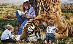 menina lendo um livro e sentada ao lado de um tigre e duas crianças muito pequenas